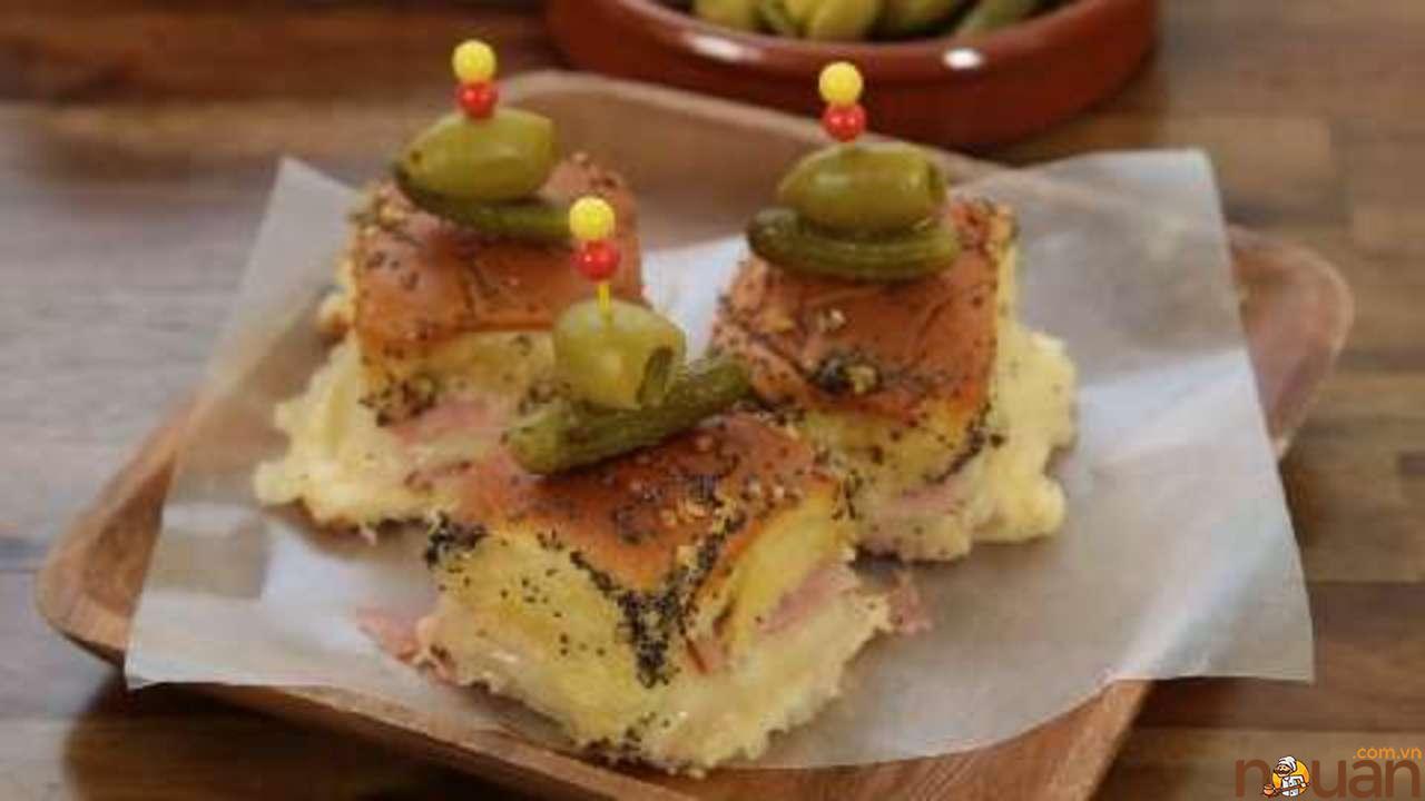 Bánh mì kẹp thịt nguội và pho mát
