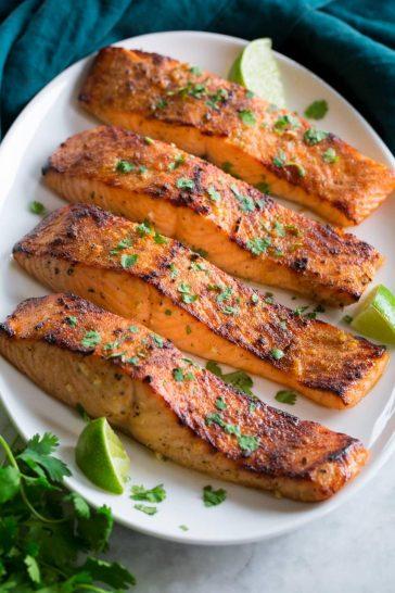 Cá hồi luộc được bày trên một đĩa phục vụ theo hàng bốn.