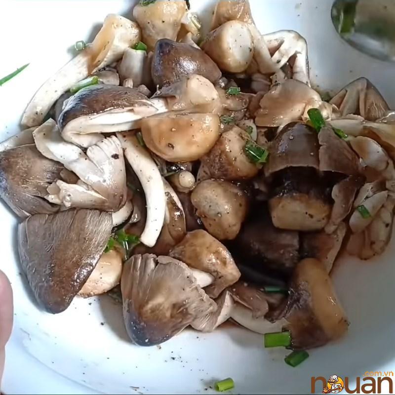 Bước 2 Ướp nấm Nấm rơm kho đậu hũ