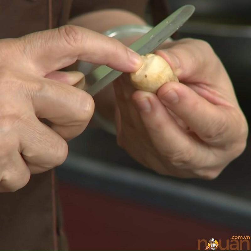 Bước 1 Sơ chế nấm Nấm rơm kho chao